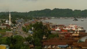 Panorama: A view of the East Kalimantan town of Samarinda and the Mahakam river, taken from Lipan Hill. (JP/Prodita Sabarini)