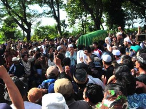 "Addressing the real problem: Supporters shout ""God is Great"" as they carry the body of militant Dulmatin in Petarukan village, Central Java. Besides gun downing the alleged terrorists, the government should consider implementing a deradicalization program involving former terrorist prisoners. JP/TARKO SUDIARNO"